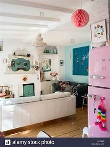 Smeg Kühlschrank Rosa : helle wohnk che mit kaminsims spiegel und retro stil rosa smeg k hlschrank stockfoto bild ~ Markanthonyermac.com Haus und Dekorationen