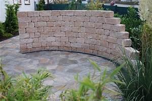 Gartenmauern Aus Stein : terrasse aus poligono naturale und windschutz aus siola ~ Michelbontemps.com Haus und Dekorationen