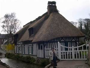 une maison normande avec son toit de chaume supertoinette With maison en toit de chaume