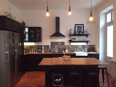 cuisine dans maison ancienne agrandir une cuisine ouverte qui mixe les matriaux dans un