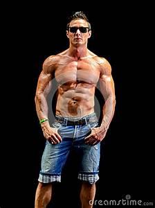 Image Homme Musclé : jeune homme beau de muscle nu utilisant seulement des jeans et des lunettes de soleil ~ Medecine-chirurgie-esthetiques.com Avis de Voitures