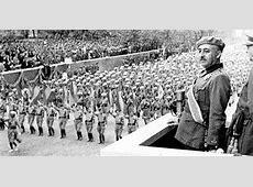 Franco contemplando el desfile de las tropas en la