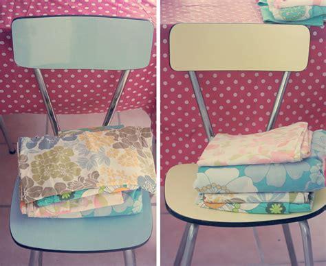 tapisser une chaise en tissu chaises en formica et tissus vintages poulette magique