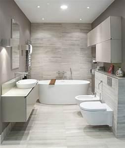 Kleine Moderne Badezimmer : badeinrichtung mit moderner badewanne ~ Markanthonyermac.com Haus und Dekorationen
