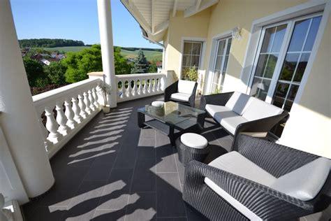 Balkone Und Terrassen by Terrassenplatten Terrassenfliesen Verlegen Beschichtet