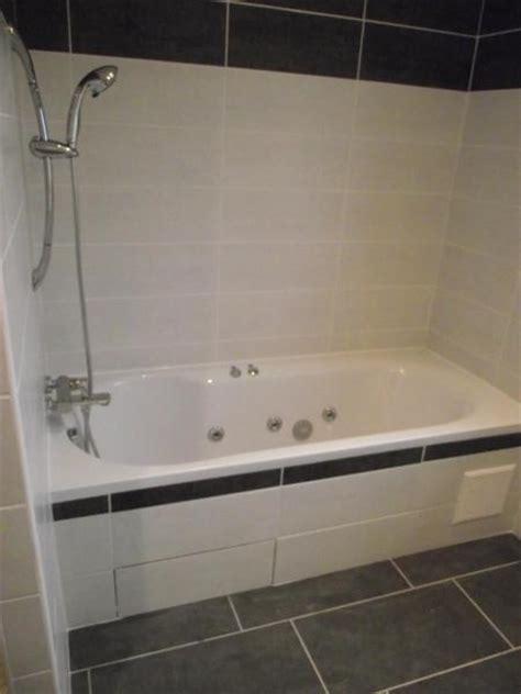 poser faience salle de bain pose carrelage salle de bain baignoire obasinc