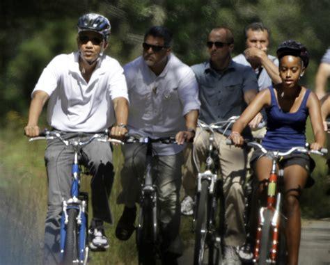 obama malia vineyard martha vacations vacation daughter island millions vacationer tens spent chief holidays august