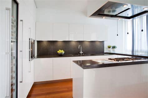 Cucina laccata lucida bianca con piano in Stone Grey ed