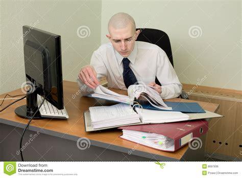 comptable sur un lieu de travail au bureau image libre de