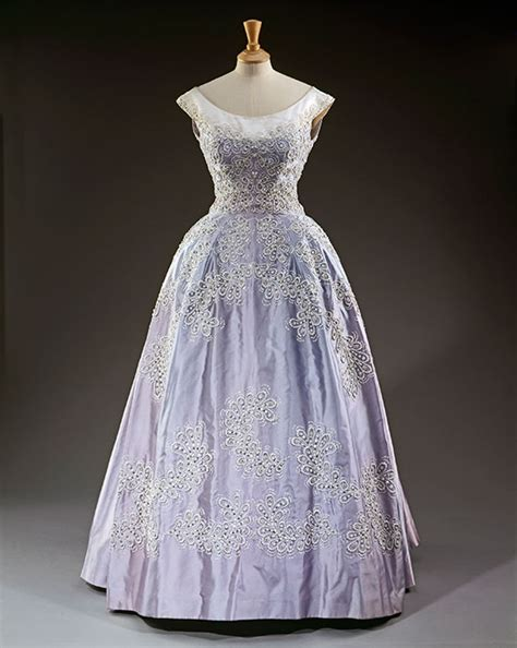 queens dresses    display   palace