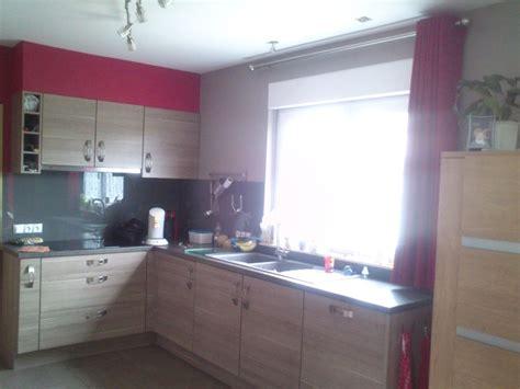 mur cuisine framboise cuisine couleur framboise dootdadoo com idées de