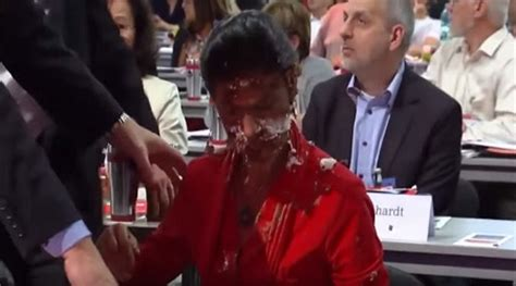 16 mai 2018 15:57 uhr. So Disgusting! German Opposition Leader Has Cake Shoved in ...