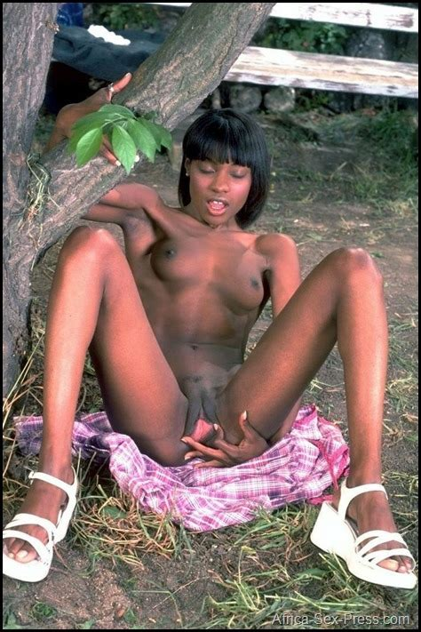 African Teen Showing Her Pinky Pussy Outdoor Africa Sex