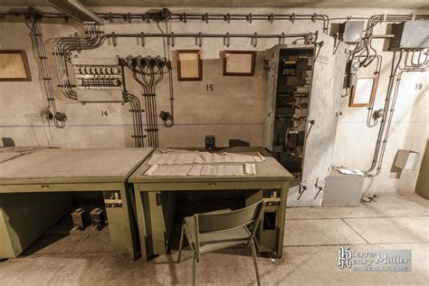 bureau controle bureau métalique et pédales de contrôle au poste de