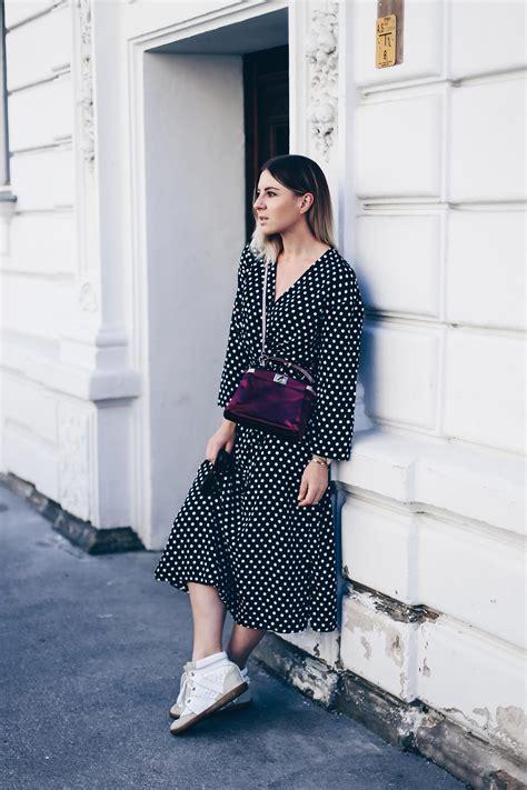 sneaker trend herbst 2017 das polka dots mit sneaker wedges und peekaboo bag