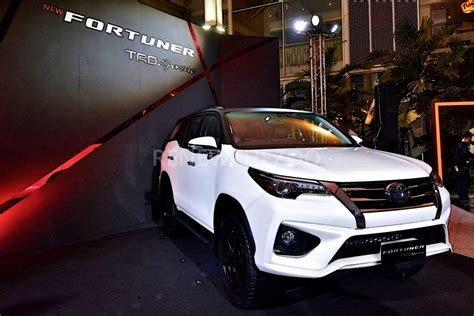 toyota  toyota fortuner facelift unveiled