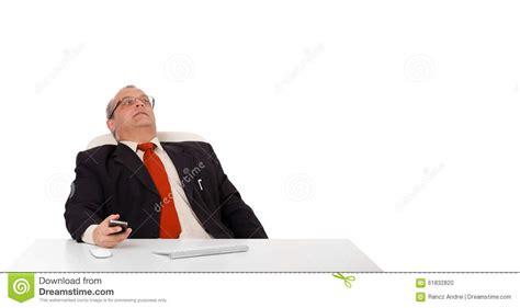 affaires de bureau homme d 39 affaires s 39 asseyant au bureau et tenant un