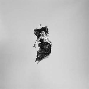 Black and white jumping people photography-7 – Fubiz Media