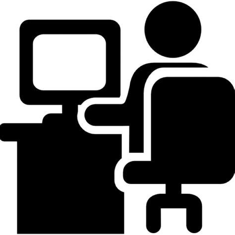 monter ordinateur de bureau homme assis sur le bureau de travail devant un écran d