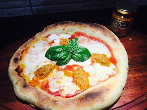 salsa fatta in casa pizza fatta in casa con salsa di peperoni in cucina con