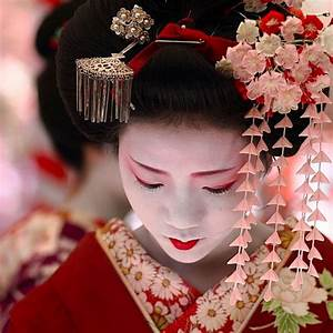 Japanese Traditional Makeup & Dress. Love the Flower Hair ...