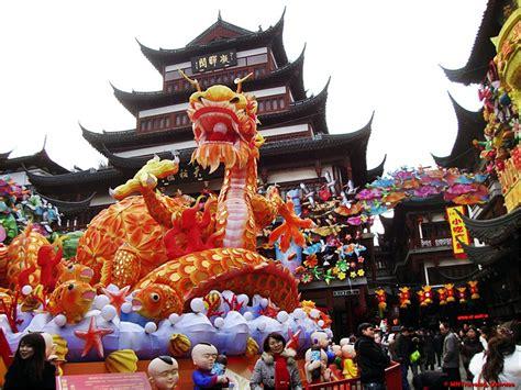 New-year-dragon-lantern-decoration-at-yu-garden-shanghai
