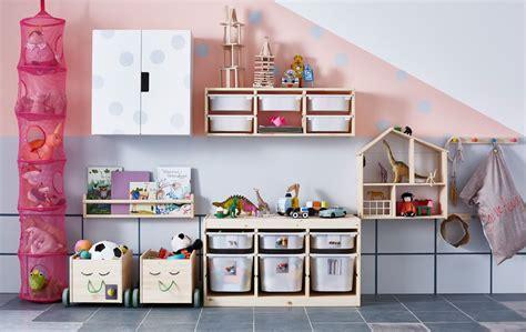rangement dans mur couvert de rangements pour jouets dans une chambre d