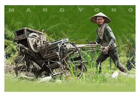 Membajak Tanah dengan Tradisional dan Modern