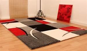 Tapis Geometrique Noir Et Blanc : tapis de cr ateur aux contours d coup s carreaux en rouge noir c ~ Teatrodelosmanantiales.com Idées de Décoration