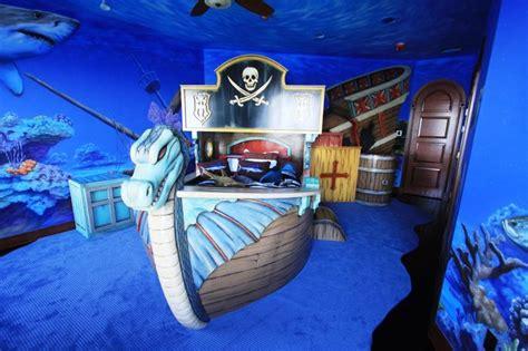 chambre pirate des caraibes 11 lits au design des bateaux pour la chambre de