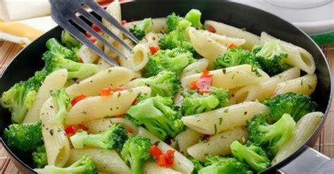 cuisiner les brocolis recettes recette de pâtes aux brocolis et poivrons rouges