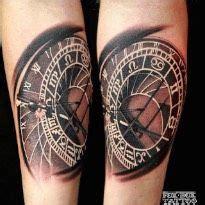 tatouage horloge realiste sur avant bras pour femme