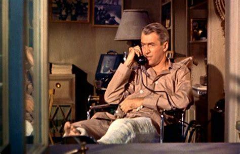 la finestra sul cortile stewart al telefono in una scena di la finestra sul