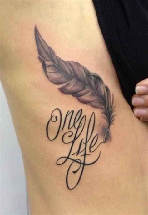 tatouage prenom femme photographie tatouage plume et prenom sur c 244 tes femme makigiaz tatouage tatouage plume et