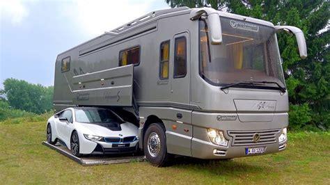 Ein Luxuswohnmobil Mit Eingebauter Garage Für Den