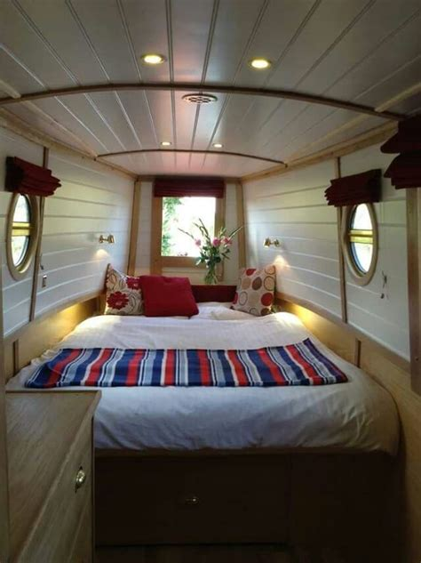 Boat With Bed And Bathroom by Best 25 Houseboat Decor Ideas On Lake Decor