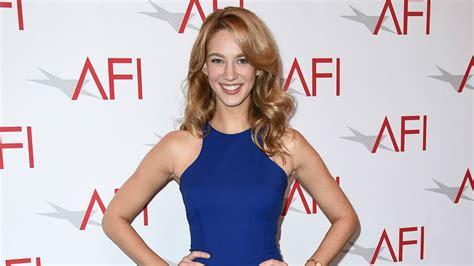 jane villanueva actress jane the virgin lets israeli actress strut her evil