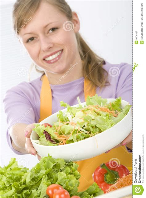 femme dans la cuisine femme dans la cuisine photo libre de droits image 9004925