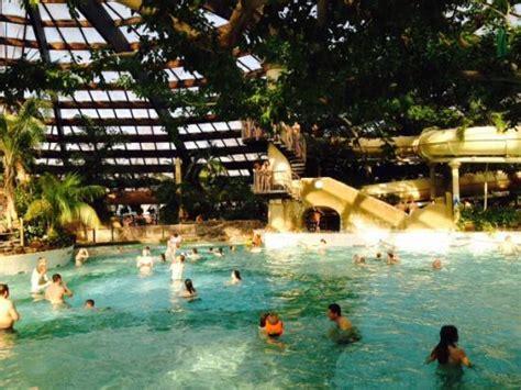 subtropisch golfslagzwembad vol activiteit als wildwaterbaan foto van center parcs de