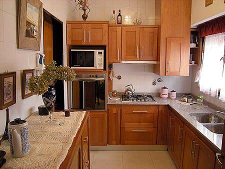 mueble de cocina en cedro seleccionado puertas en cedro macizo frente  tableros enchapados en