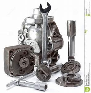 Piece De Voiture : la pi ce de la pompe haute pression de voiture et de l 39 outil pour la r paration sur un fond ~ Medecine-chirurgie-esthetiques.com Avis de Voitures
