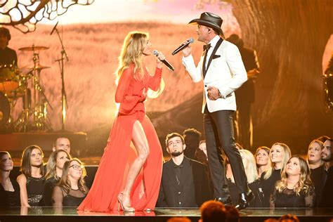 cma awards faith hills leg stole  spotlight