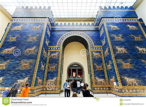 touristes dans la porte d ishtar du mus 233 e de pergamon image stock 233 ditorial image 34768459