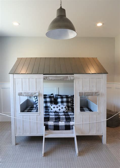 Enclosed Bed by Creative Bedroom Decorating Ideas
