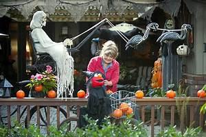 Beaverton woman scares up great Halloween decorations