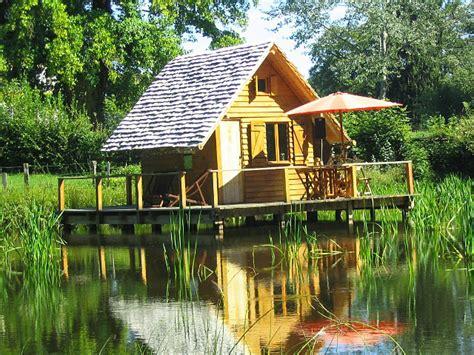 chambre d hote insolite bourgogne cabanes lacustres du château d 39 ettevaux cabane sur l 39 eau