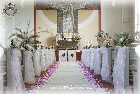 kirchendekoration und dekoration fuer trauung im freien