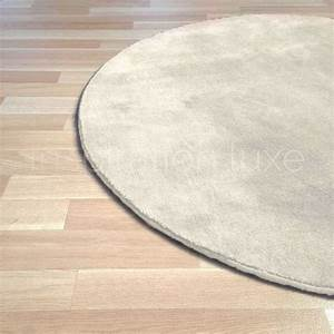 Tapis Blanc Rond : tapis rond sur mesure blanc cru en viscose rond par inspiration luxe editions ~ Dallasstarsshop.com Idées de Décoration