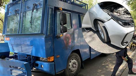 รถฉีดน้ำเข้าประจำการข้างทำเนียบ เจิมรถนักข่าวกันชนเสียหาย ...