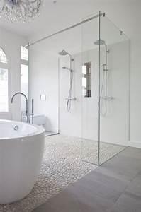 le carrelage galet pratique revetement pour la salle de bain With carrelage miroir salle de bain